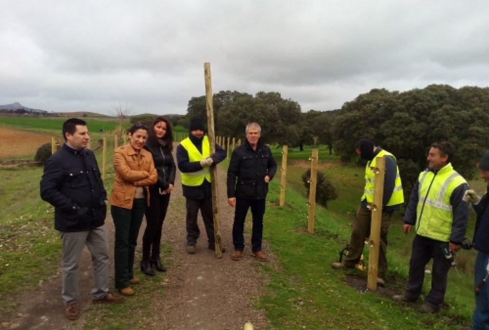 Silvia Mellado con algunos obreros de la adecuación de la vías verdes