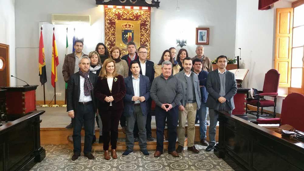 Alcaldes y alcaldesas de los pueblos del guadiato con la diputada, en el salón de plenos de Pueblonuevo