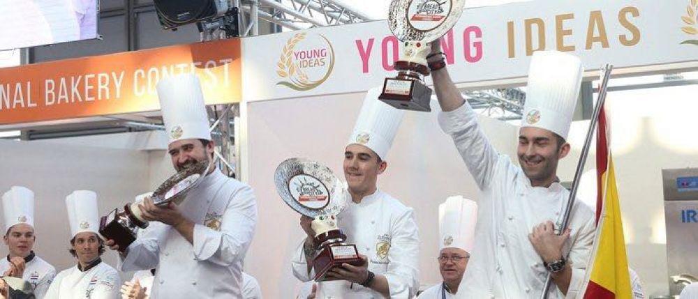 Campeones mostrando el trofeo