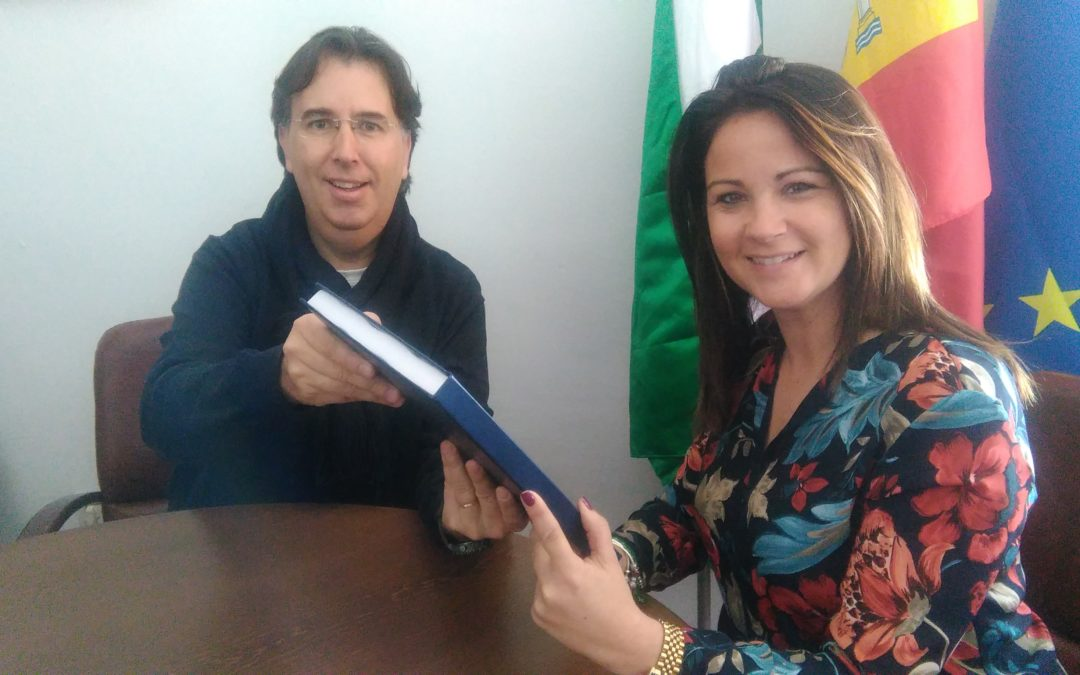 Cristian Cavero entrega al Ayuntamiento de Fuente Obejuna el libro firmado con las partituras de los temas musicales de Fuenteovejuna 2018 1