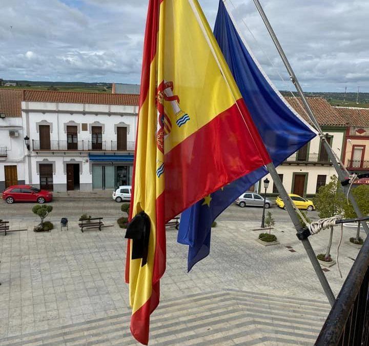 El Ayuntamiento de Fuente Obejuna decreta luto oficial municipal por todos los fallecidos mientras dure el Estado de Alarma por el COVID-19 y las banderas ondean ya a media asta. 1