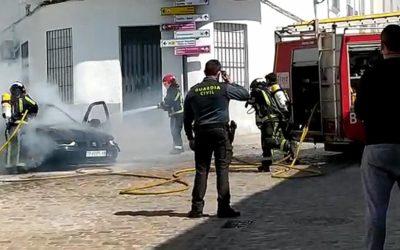Un coche comienza a arder en Fuente Obejuna y los Bomberos del Consorcio consiguen sofocar el incendio